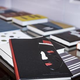 Une table recouverte de beaux livres reliés en cuir.