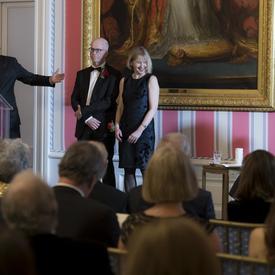 Lori Saint-Martin et Paul Gagné sont sur scène.  La gouverneure générale, Julie Payette, est assise à leur droite.  M. Charles Tisseyre se tient sur le podium à leur droite.