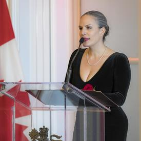 Karoline Georges se tient debout sur un podium et prononce un discours.