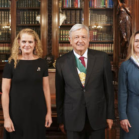The Governor General is standing beside His Excellency Andrés Manuel López Obrador and his wife, Beatriz Gutiérrez Müller.