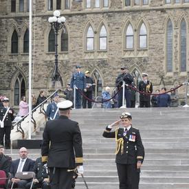 En haut à gauche on retrouve le drapeau/fanion du Service royal de la logistique du Canada qui a parcouru plus de 87 000 km, une distance supérieure à deux fois le tour du monde à l'équateur.