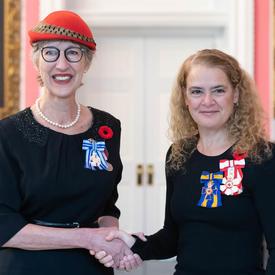 La gouverneure générale se tient à côté du récipiendaire Beverley Tosh, qui porte de la Médaille du service méritoire (division civile) qu'elle vient de recevoir.