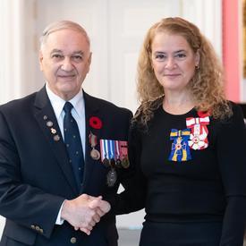 La gouverneure générale se tient à côté du récipiendaire Pierre Cécil qui porte la Médaille du souverain pour les bénévoles qu'il vient de recevoir.