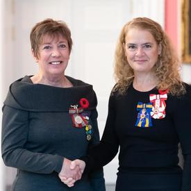 La gouverneure générale se tient à côté du récipiendaire Sara Charron qui porte la Médaille du souverain pour les bénévoles qu'elle vient de recevoir.