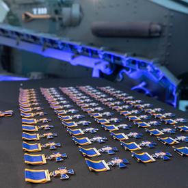 Une table recouverte d'insignes de l'Ordre du mérite militaire.