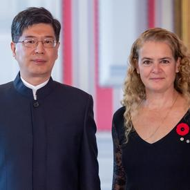 Son Excellence monsieur Peiwu Cong, Ambassadeur de la République populaire de Chine, se tient aux côtés de la gouverneure générale.