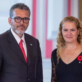 Son Excellence monsieur Orlando José Viera Blanco, Ambassadeur de la République bolivarienne du Venezuela, se tient aux côtés de la gouverneure générale.