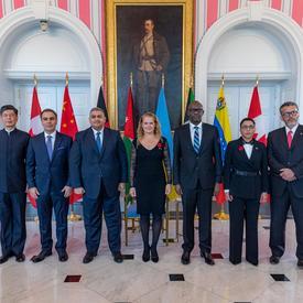 Les nouveaux chefs de mission posent pour une photo de groupe avec la gouverneure générale.