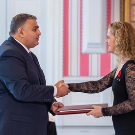 Son Excellence monsieur Majed Thalji Salem Alqatarneh, Ambassadeur du Royaume hachémite de Jordanie, serre la main de la gouverneure générale.