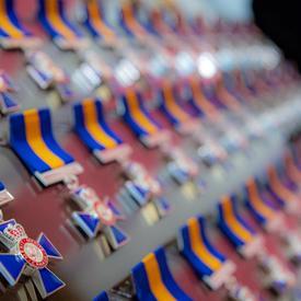 Une photo des médailles de l'Ordre du mérite des corps policiers.