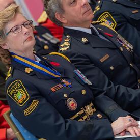 Les récipiendaires de l'Ordre du mérite des corps policiers sont assis au premier rang lors de la cérémonie d'investiture.