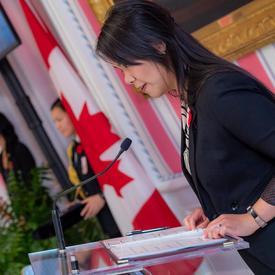 Le maître de cérémonie prend la parole lors d'une cérémonie d'investiture de l'Ordre du mérite des corps policiers.