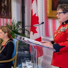 Brenda Lucki, commissaire de la GRC, prononce une allocution lors d'une cérémonie d'investiture de l'Ordre du mérite des corps policiers.