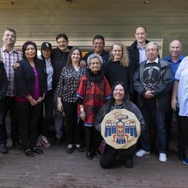 Photo de groupe avec la Gouverneure générale, Marjorie White et des membres de Circle of Eagles Lodge Society.