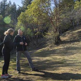 La gouverneure générale et Jamie Cassels, président de l'Université de Victoria, se parlent pendant une randonnée.