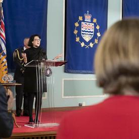 Son Honneur l'honorable Janet Austin, lieutenante-gouverneure de la Colombie-Britannique a prononcé un discours à partir un podium.