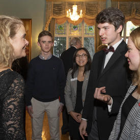 La gouverneure générale s'est adressée à un groupe d'élèves pendant la réception.