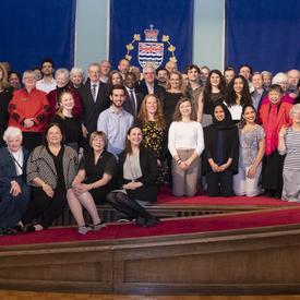 Une photo de groupe des étudiants du Collège Pearson et de la gouverneure générale.