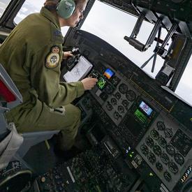 La gouverneure générale pilote l'avion.