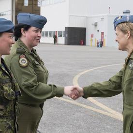 La gouverneure générale serre la main des membres de la FCA.