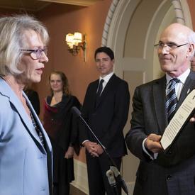 L'honorable Joyce Murray lit son serment.