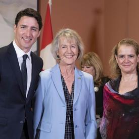 Le premier ministre, la ministre Murray et la gouverneure générale prennent une photo de groupe.