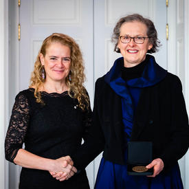 Marlene Creates prend une photo avec la gouverneure générale.