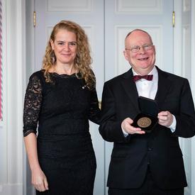 Andrew James Paterson prend une photo avec la gouverneure générale.