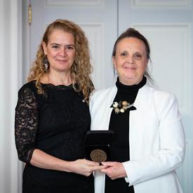 Susan Edgerley prend une photo avec la gouverneure générale.