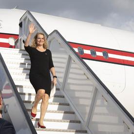 La gouverneure générale descend de l'avion.