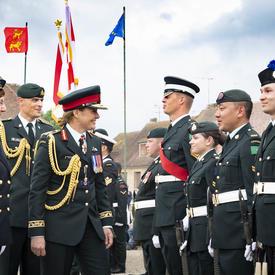La gouverneure générale inspecte la garde.