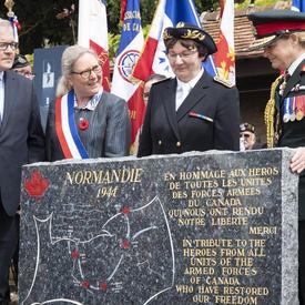 La gouverneure générale et d'autres personnes se tiennent autour du monument.