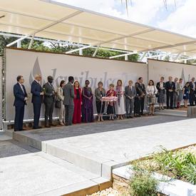 La gouverneure générale et les membres de la délégation canadienne se tiennent en ligne au Monument commémoratif du génocide de Kigali.