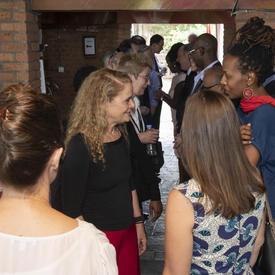 La gouverneure générale rencontre des invités lors d'un déjeuner avec des représentants d'organisations de la société civile.