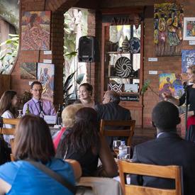 La gouverneure générale prononce une allocution lors d'un déjeuner avec des représentants d'organisations de la société civile.