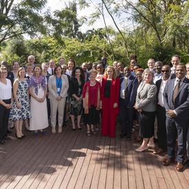 Une photo de groupe avec des invités du déjeuner avec des représentants d'organisations de la société civile.