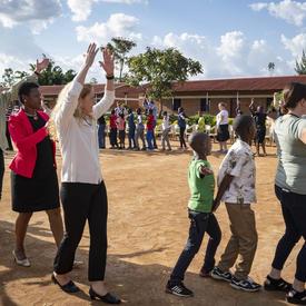 La gouverneure générale et des délégués canadiens jouent avec des enfants au sein de l'organisme Right To Play (RTP).