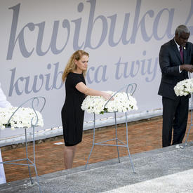La gouverneure générale dépose une couronne au monument commémoratif du génocide de Kigali.