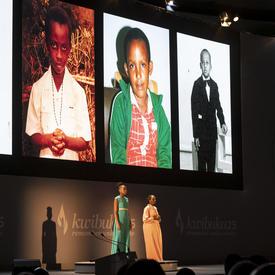 Des images d'enfants sont affichées sur un écran sur la scène.
