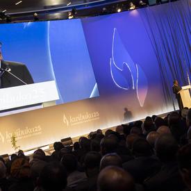 Le Président du Rwanda, Paul Kagame, prend la parole à partir d'un podium.