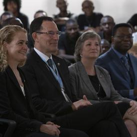 La gouverneure générale et les délégués canadiens, Neil Turok et Lisa Stadelbaue, écoutent la discussion.