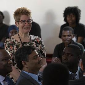 La députée canadienne Brenda Shanahan est dans l'auditoire.