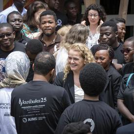 La gouverneure générale s'adresse à un groupe de gens.