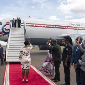 La gouverneure générale dit au revoir à partir de l'avion.