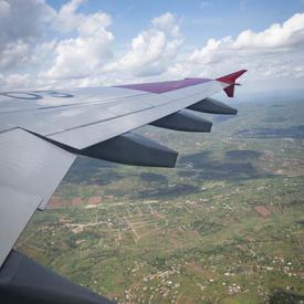 Photo de l'aile de l'avion prise des airs.