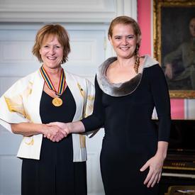 Lorraine Pintal serre la main de la gouverneure générale.