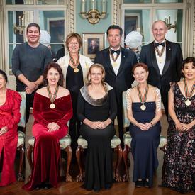 Une photo de groupe des récipiendaires et de la gouverneure générale.