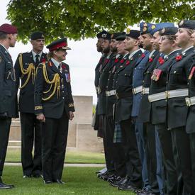 La gouverneure générale Julie Payette inspecte une garde d'honneur.
