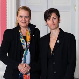 Maud Ferrari serre la main de la gouverneure générale.