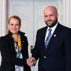 Paul McNicholas serre la main de la gouverneure générale.